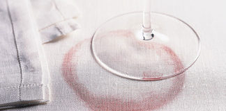 λεκές από κόκκινο κρασί στο λευκό τραπεζομάντηλο