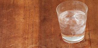 Λεκές από Νερό στο Ξύλινο Τραπέζι