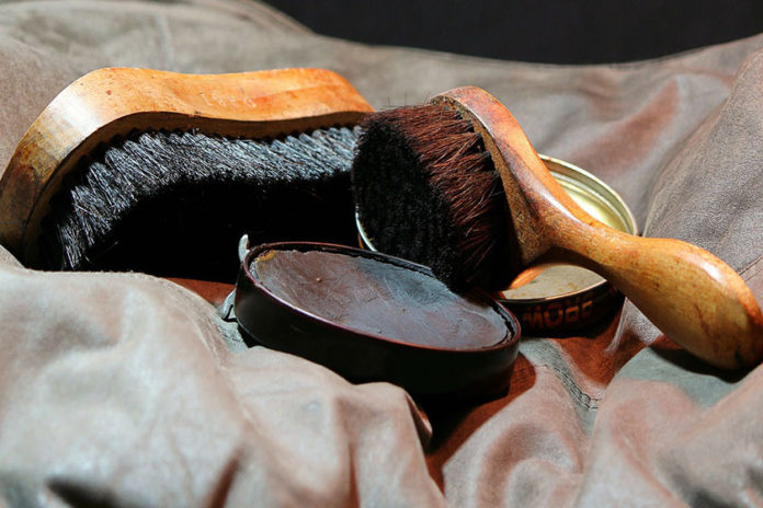 Λεκές από Βερνίκι Παπουτσιών στα Ρούχα