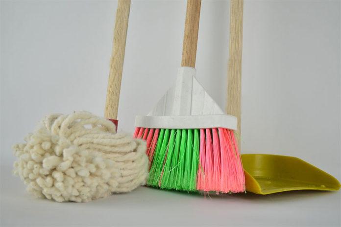Πώς να Καθαρίσετε τα Σύνεργα Καθαριότητας